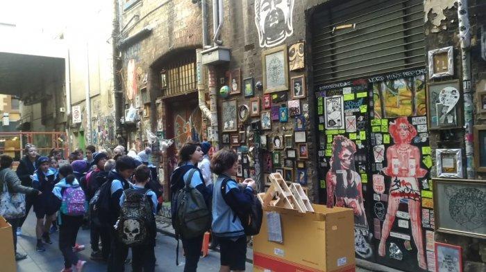 Murid sekolah sedang saksikan mural di Melbourne