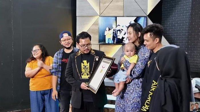 Baim Wong menerima penghargaan dari Museum Rekor Dunia Indonesia (MURI) terkait giveaway yang diadakan di kanal YouTubenya.