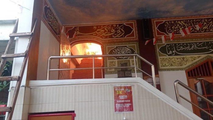Api Lalap Sebuah Musala di Pondok Bambu, 8 Unit Mobil Pemadam dan 60 Personel Dikerahkan