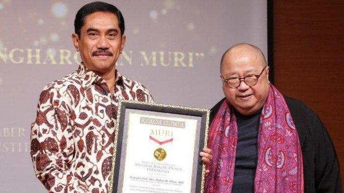 Museum Rekor Indonesia Memberikan Penghargaan Kepada Suhardi Alius