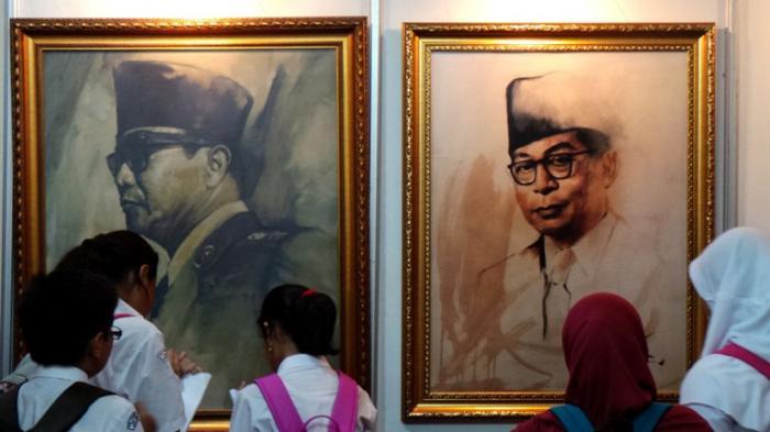 Beberapa siswa yang menjadi pengunjung Museum Mart 2015 melihat lukisan proklamator koleksi Museum Basoeki Abdullah Jakarta.