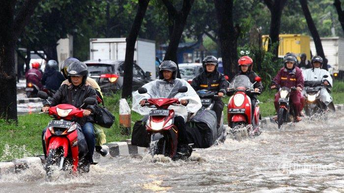 Kendaraan bermotor melintasi banjir cileuncang yang menggenangi Jalan Soekarno Hatta di kawasan Gedebage, Kota Bandung, Jumat (27/12/2019). Banjir setinggi lebih kurang lutut orang dewasa saat hujan deras mengguyur Bandung, membuat pengendara bermotor enggan melintasinya hingga mengakibatkan kemacetan cukup panjang. Banjir tersebut setelah cukup lama mengenangi permukaan jalan akhirnya perlahan surut setelah petugas terkait menanganinya dengan menggunakan dua unit mobil penyedot air, laju kendaraan pun kembali lancar. TRIBUN JABAR/GANI KURNIAWAN