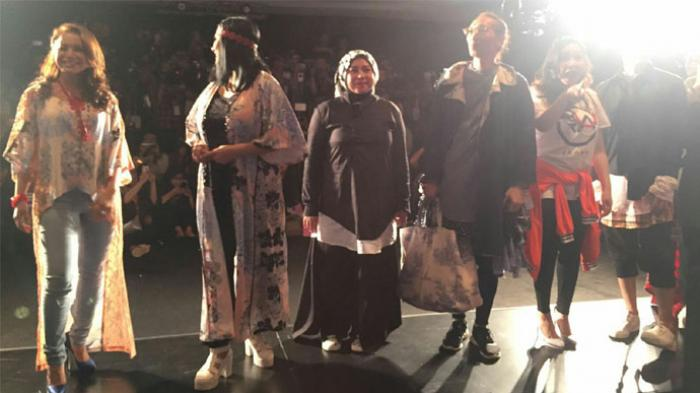 Anto Hoed Ikut Peragakan Busana Karya Melly Goeslaw di Panggung IFW