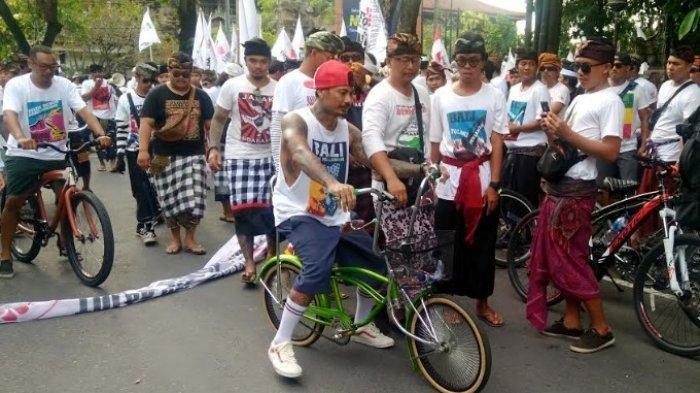 Musisi asal Bali I Gede Ari Astina atau yang lebih akrab disapa Jerinx ikut melakukan aksi Tolak Reklamasi Teluk Benoa, Sabtu (23/3/2019).