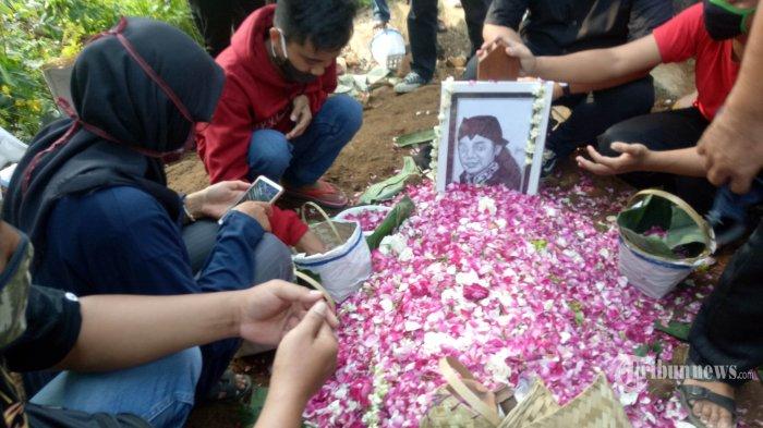 Keluarga dan kerabat berdoa di makam Didi Kempot di pemakaman umum Desa Majasem, Kecamatan Kendal, Ngawi, Jatim, Selasa (5/5/2020). Musisi yang bernama asli Donisius Prasetyo tersebut meninggal pada hari ini di Rumah Sakit Kasih Ibu Surakarta akibat sakit.