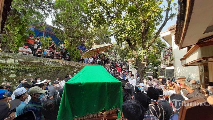 Keluarga dan kerabat mengangkut jenazah Didi Kempot untuk dimakamkan di pemakaman umum Desa Majasem, Kecamatan Kendal, Ngawi, Jatim, Selasa (5/5/2020). Musisi yang bernama asli Donisius Prasetyo tersebut meninggal pada hari ini di Rumah Sakit Kasih Ibu Surakarta akibat sakit. TRIBUNNEWS/HUSEIN SANUSI