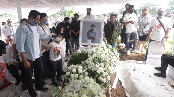 Keluarga dan kerabat mengiringi dengan doa saat pemakaman musisi Glenn Fredly di TPU Tanah Kusir Jakarta, Kamis (9/4/2020). Glenn Fredly meninggal dunia pada usia 44 tahun akibat penyakit meningitis yang dideritanya dan meninggalkan istri dan seorang anak yang baru beusia 40 hari. TRIBUNNEWS/HERUDIN