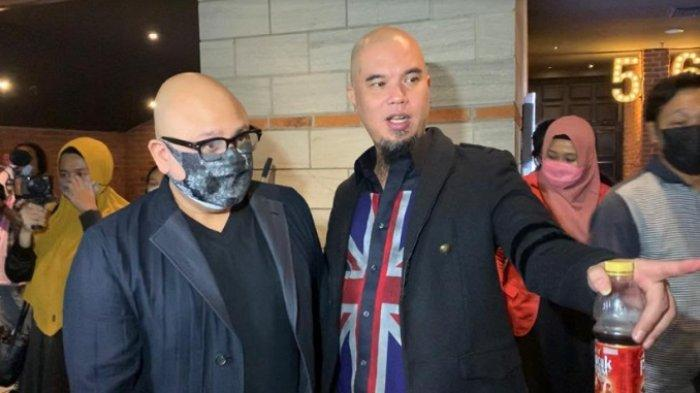 Irwan Mussry dan Ahmad Dhani saat bertemu di premiere film 'Dear Imamku' di CGV Grand Indonesia, Jakarta Pusat, Senin (10/5/2021).