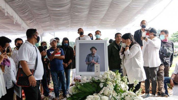 Mutia Ayu saat pemakaman penyanyi Glenn Fredly suaminya di TPU Tanah Kusir, Jakarta, Kamis (9/4/2020). Glenn dinyatakan mengidap meningitis sebelum mengembuskan napas terakhirnya.