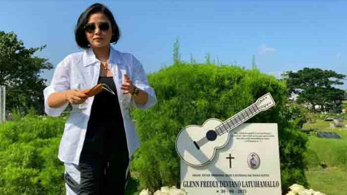 Mutia Ayu mendatangi makaam Glenn Fredly di TPU Tanah Kusir, Jakarta Selatan, Kamis (8/4/2021).