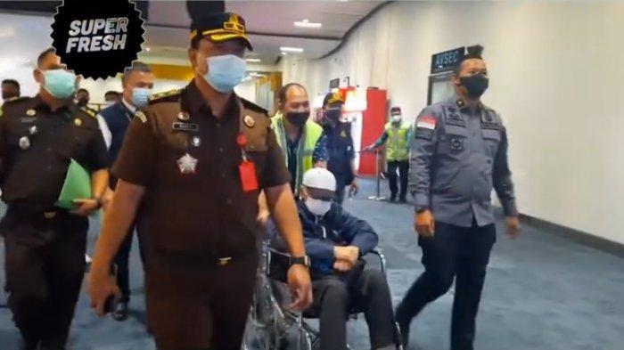 Tiba di Bandara Soetta, Buron Hendra Subrata Pakai Kursi Roda dan Tundukkan Kepala