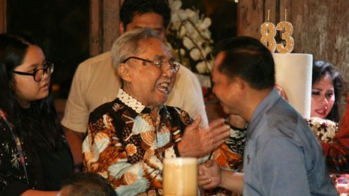 Sabam Sirait memberikan potongan kue ulang tahun pada Mendagri Tito Karnavian.