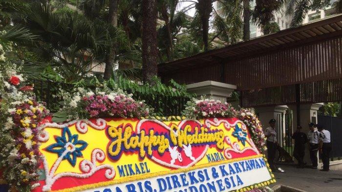 Karangan bunga pernikahan Nadia Shapiran dan Mikael Mirdad di lokasi pernikahan keduanya, The Dharmawangsa, Jakarta Selatan, Kamis (12/12/2019)