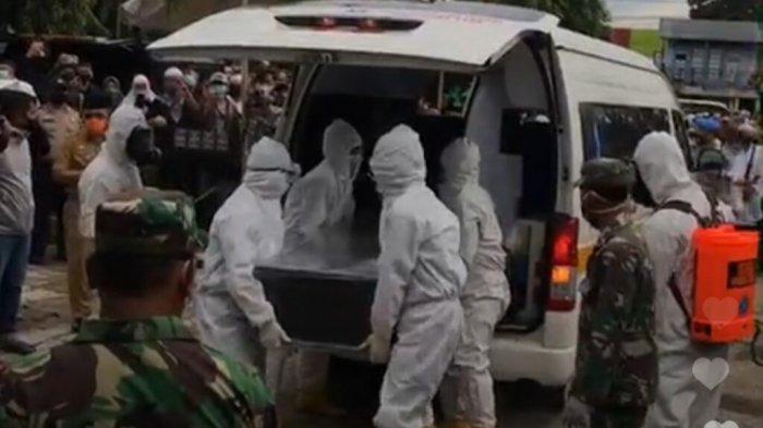 Petugas mengusung peti jenazah almarhum Wali Kota Banjarbaru Nadjmi Adhani menuju Taman Makam Bahagia, Landasan Ulin, Kota Banjarbaru, Kalimantan Selatan, Senin (10/8/2020).