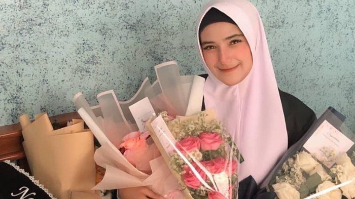 Beri Ucapan Selamat Pada Nadya Yang Telah Lulus Kuliah Panggilan Sayang Rizki Da Tuai Hujatan Tribunnews Com Mobile