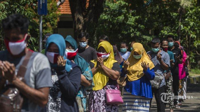 Sejumlah pasien Covid-19 mengikuti upacara HUT ke-76 Kemerdekaan Republik Indonesia yang digelar di halaman Rumah Sakit Lapangan Indrapura (RSLI), Kota Surabaya, Jawa Timur, Selasa (17/8/2021). Selain upacara bendera, mereka juga menggelar berbagai lomba tujuh belasan dengan tetap menerapkan protokol kesehatan. AFP/Juni Kriswanto