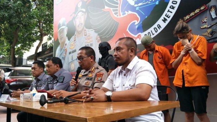 Tersangka William Soerjonegoro (paling kiri), rekannya berinisial JA (tengah), dan artis peran Air Terjun Pengantin, Nani Darham yang ditangkap atas kasus penyalahgunaan narkoba jenis kokain. Foto diambil di Polda Metro Jaya, Jakarta Selatan, Senin (10/2/2020).(KOMPAS.COM/ RINDI NURIS VELAROSDELA)
