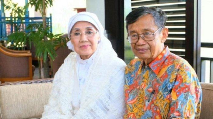 Nani Wijaya dan suami, Ajip Rosidi, usai akad nikah, Minggu (16/4/2017).
