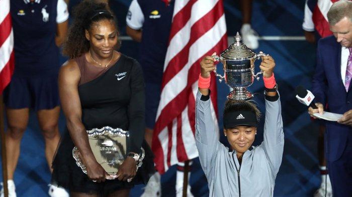 Petenis tunggal putri Jepang, Naomi Osaka (kanan) mengangkat trofi Grand Slam pertamanya usai menang 6-2, 6-4 atas petenis AS, Serena Williams pada final US Open 2018 di Arthur Ashe Stadium, Amerika Serikat, Sabtu (8/9/2018) waktu setempat.