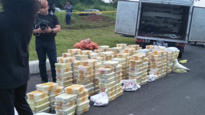 Barang bukti narkoba 288 Kg yang diamankan polisi di Jalan Tol Jakarta-Merak.