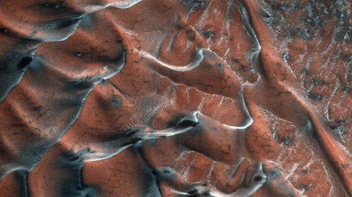 Hamparan Padang Pasir Berundak di Mars Berhasil Diabadikan Kamera HiRISE Milik NASA
