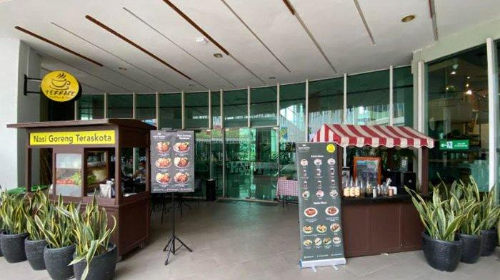 Hotel Santika BSD Teraskota menghadirkan Warung Nasi Goreng ala Kaki Lima yang beroperasi setiap hari Jumat, Sabtu dan Minggu pukul 16.00 – 22.00 WIB.