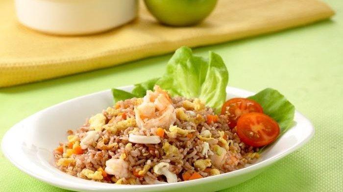 Nasi goreng seafood beras merah.
