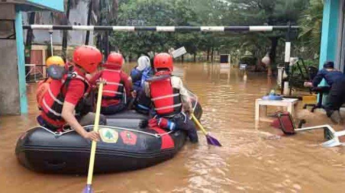 Perumahan Bumi Nasio Indah, Jatimekar Kota Bekasi Jawa Barat, masih terendam banjir dengan ketinggian 1,5 meter pada Minggu (21/2/2021) pagi.