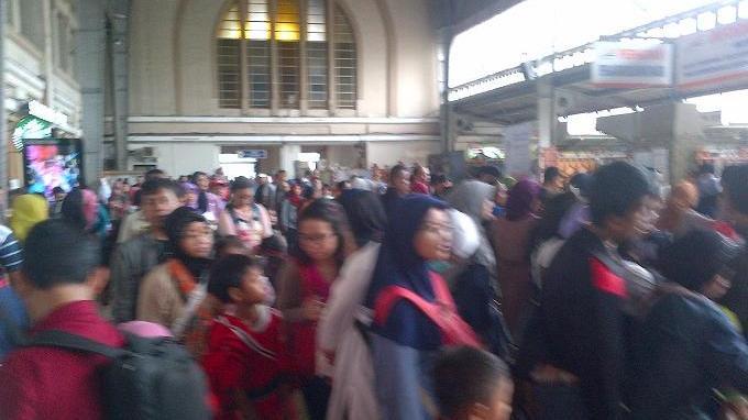 Stasiun Jakarta-Kota Diserbu Penumpang Libur Natal dan Tahun Baru