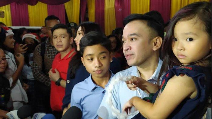 Ruben Onsu dan keluarga seusai menjalani misa malam Natal di Gereja GBI Jalan Mutiara, Bekasi Utara, (25/12/2019)