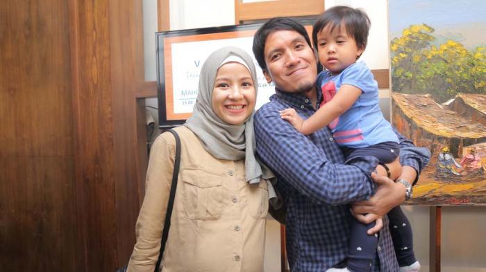 Natasha Rizki bersama suami, Desta, dan putrinya ditemui di Veranda Hotel, Kebayoran Baru, Jakarta Selatan, Senin (20/6/2016).