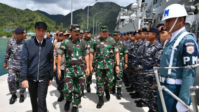 Presiden meninjau KRI Usman Harun 359 dan KRI Karel Satsuit Tubun 356 di Pangkalan Angkatan Laut Terpadu Selat Lampa.