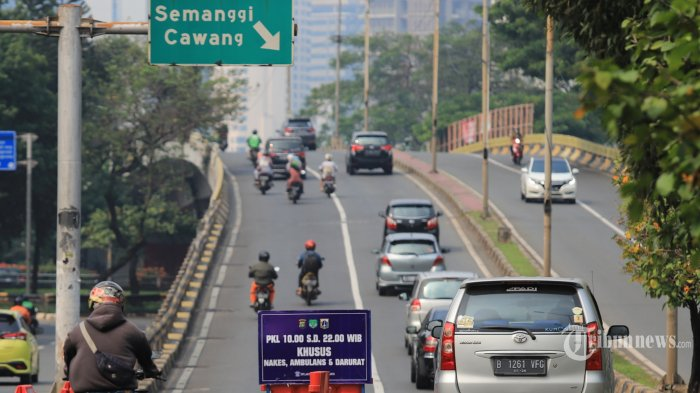 Sejumlah pengendara kendaraan bermotor saat menerobos jalur penyekatan di kawasan Senayan, Jakarta Pusat, Kamis (29/7/2021). Minimnya pengawasan petugas mengakibatkan para pengendara nekat? menerobos jalur penyekatan saat masa pemberlakuan PPKM level 4 di Jakarta. Tribunnews/Jeprima