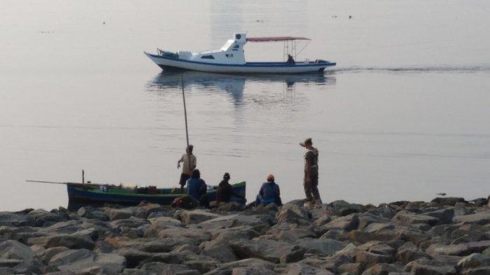 Foto saat nelayan diusir Satpol PP DKI dari pulau reklamasi.