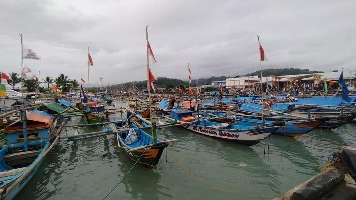 Gelombang Tinggi Bikin Pendapatan Nelayan di Sukabumi Anjlok