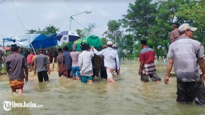 Nelayan Tewas Digigit Ular saat Mencari Ikan, Warga Terobos Banjir Antar Jenazah Korban ke Pemakaman