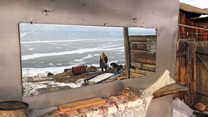 Hanya Gunakan Sepatu Ice Skating Kuno, Nenek 78 Tahun Ini Berhasil Taklukan Danau Terdalam di Dunia