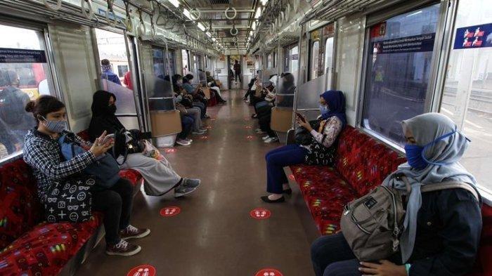 Suasana di dalam Kereta Rel Listrik (KRL) Commuter Line di Stasiun Kota Bogor, Selasa (9/6/2020). Pakar hukum tata negara menilai kebijakan pemerintah soal new normal bias kelas dan antisains.