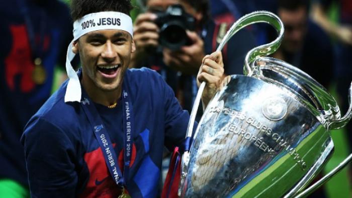 Neymar dan trofi Liga Champions yang diraihnya bersama Barcelona