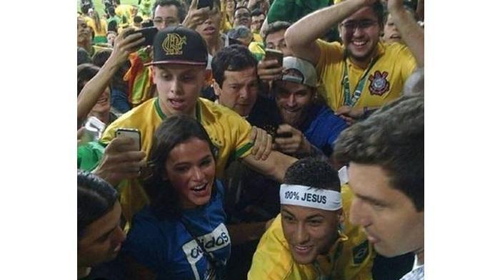 Tepati Janji, Neymar Peluk Cinta Pertamanya di Tengah Para Suporter