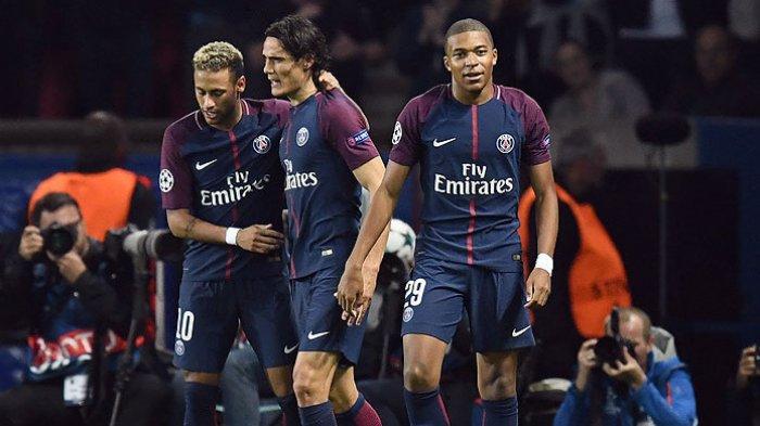 Striker Paris Saint-Germain, Neymar (kiri), melakukan selebrasi bersama rekan setimnya, Edinson Cavani (tengah), dan Kylian Mbappe (kanan), seusai mencetak gol ke gawang Bayern Muenchen dalam laga Liga Champions 2017-2018 di Stadion Parc des Princes, Paris, 27 September 2017. FRANCK FIFE/AFP/BOLASPORT.COM