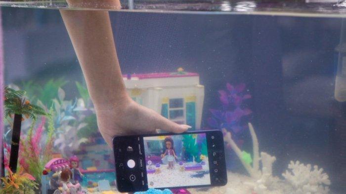 Ngetes Keandalan Fitur IP67 di Galaxy A52, Layar Masih Nyala Lalu Dicemplungkan ke Akuarium