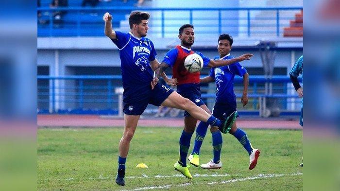 Nick Kuipers dan Wander Luiz berduel dalam sesi latihan Persib Bandung di Stadion Arcamanik, Kota Bandung, Kamis (23/1/2020).