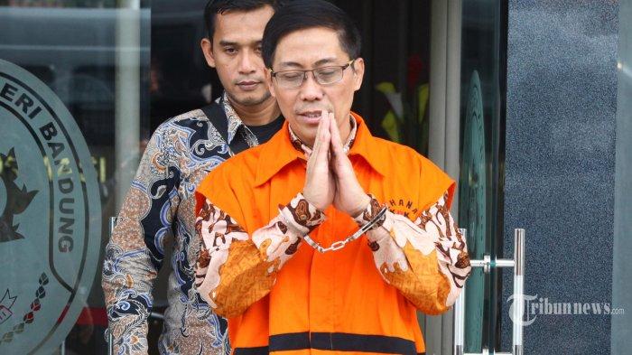 Terdakwa Bupati Cirebon nonkatif Sunjaya mengenakan baju tahanan KPK meninggalkan gedung seusai menjalani sidang dalam kasus korupsi jual-beli jabatan, di Pengadilan Tipikor Bandung, Jalan LLRE Martadinata, Kota Bandung, Rabu (13/3/2019). Sidang tersebut menghadirkan saksi Anggota DPR RI Junico BP Siahaan akrab disapa Nico Siahaan, yang dimintai keterangan terkait uang Rp 250 juta sumbangan dari terdakwa Sunjaya untuk acara Sumpah Pemuda yang diselenggarakan PDIP. (TRIBUN JABAR/GANI KURNIAWAN)