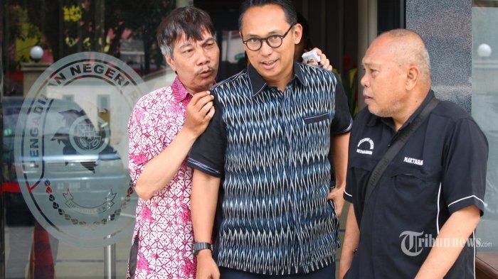 Anggota DPR RI Junico BP Siahaan akrab disapa Nico Siahaan meninggalkan gedung seusai menjadi saksi sidang terdakwa Bupati Cirebon nonkatif Sunjaya dalam kasus korupsi jual-beli jabatan, di Pengadilan Tipikor Bandung, Jalan LLRE Martadinata, Kota Bandung, Rabu (13/3/2019).