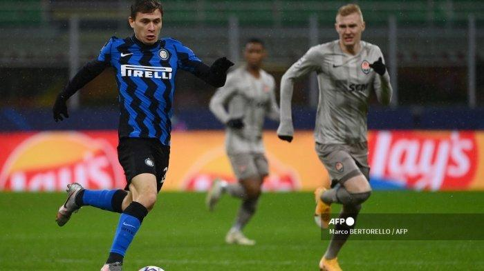 Gelandang Italia Inter Milan Nicolo Barella berlari dengan bola selama pertandingan sepak bola Grup B Liga Champions UEFA Inter Milan vs Shakhtar Donetsk pada 9 Desember 2020 di stadion Giuseppe-Meazza (San Siro) di Milan. Marco BERTORELLO / AFP