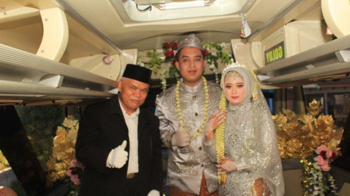 Prosesi pernikahan di dalam bus dilangsungkan oleh pasangan pengantin Titin Rachmatul Ummah (23) dan Angga Hayu Joko Siswoyo (26), Minggu (11/7/2021).