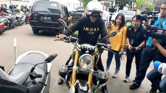 Naik Motor BMW ke PN Jakarta Selatan, Nikita Mirzani Beralasan Panaskan Mesin