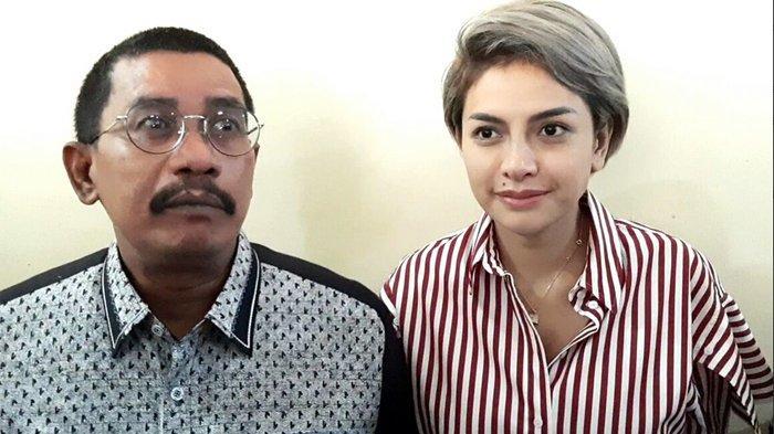 Nikita Mirzani didampingi kuasa hukumnya, Fahmi Bachmid saat ditemui usai jalani pemeriksaan di Gedung Bareskrim Mabes Polri, Jalan Trunojoyo, Kebayoran Baru, Jakarta Selatan, Rabu (30/10/2019).