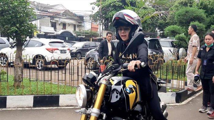 Nikita Mirzani mengendari motor BMW RnineT saat hadir ke persidangan di PN Jakarta Selatan, Rabu (18/3/2020).